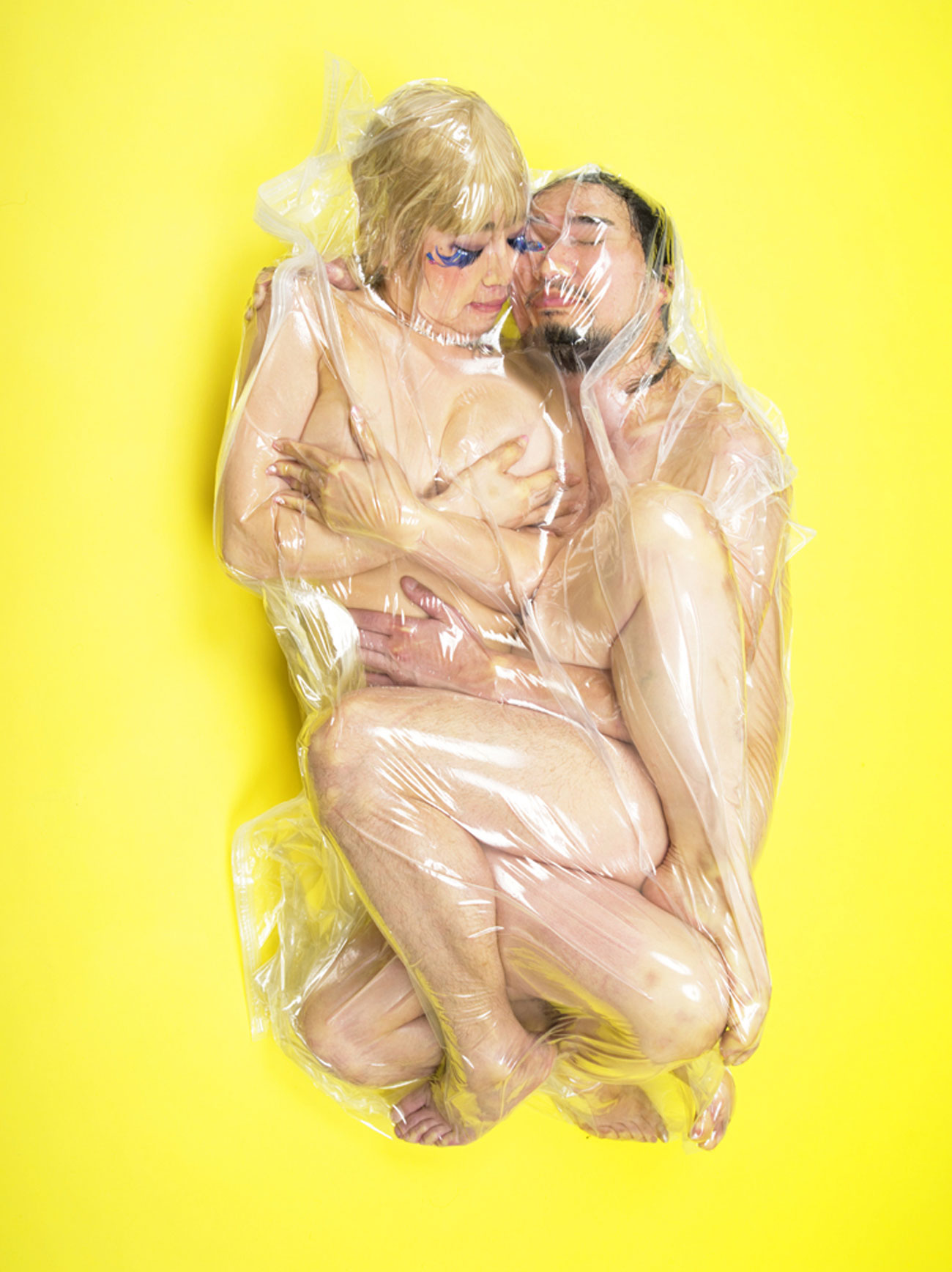 haruhiko-kawaguchi-vacuum-seals-couples-in-plastic-bags
